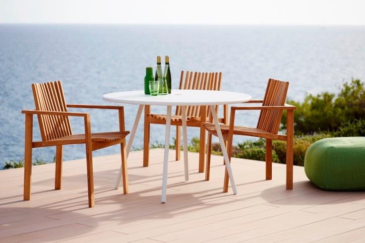 AREA Cane-line biały stół i AMAZE krzesła teakowe