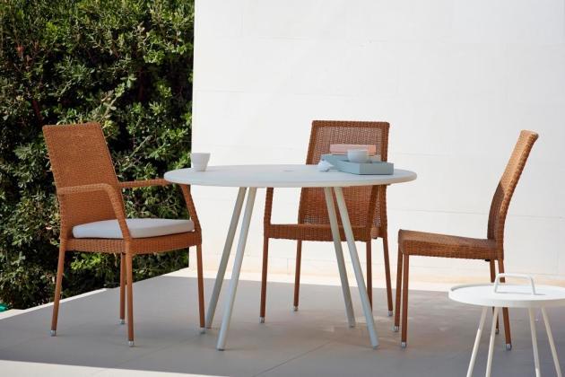 AREA Cane-line biały stół i NEWMANN Newmann krzesła ogrodowe