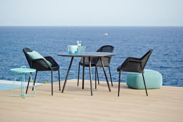 AREA Cane-line czarny stół i BREEZE krzesła ogrodowe