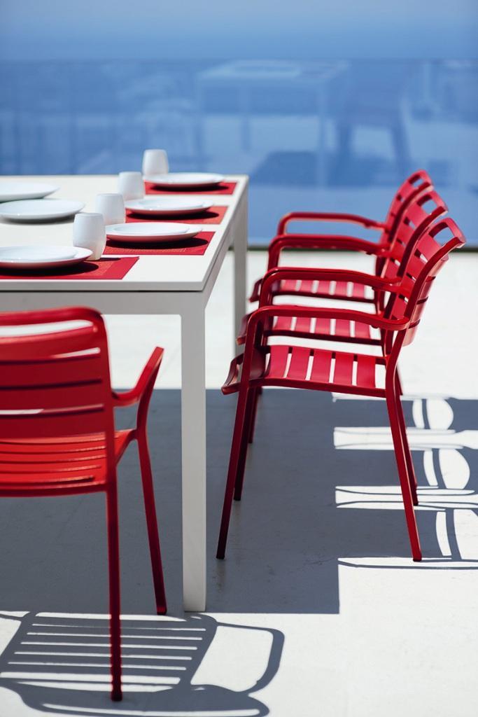 FLAT rozkładany stół i czerwone krzesła OCEAN