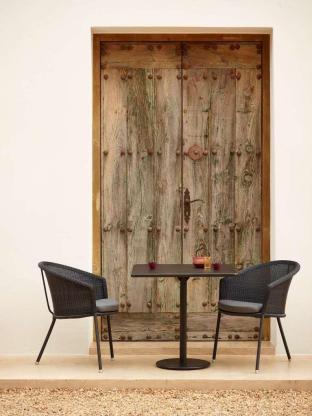 TRINITY Cane-line krzesła i stolik GO. Meble na balkon lub mały taras.