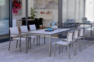 Jadalnia na tarasie. VELA krzesła ogrodowe STERN i stół z blatem Silverstar Zement hell