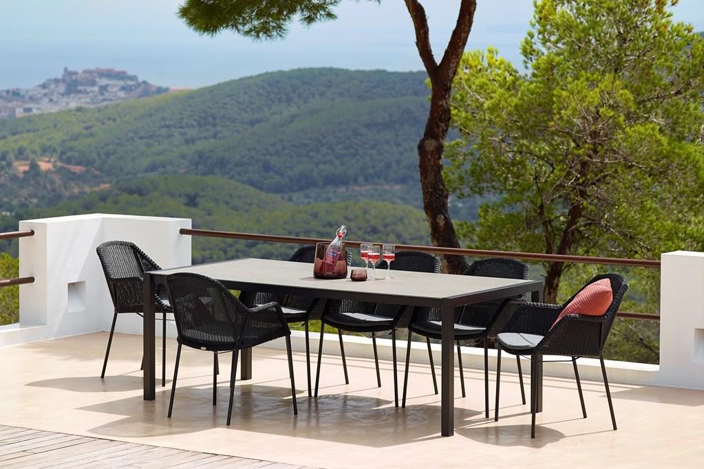 BREEZE DINING krzesła do sztaplowania i stół SHARE. Cane-line