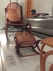 Fotel bujany Thonet. Pinoteka