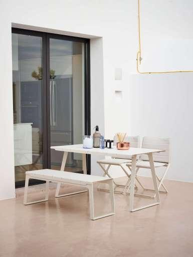 KrzesłaTraveller i stoł Copenhagen. Cane-line
