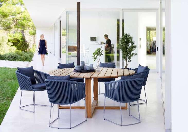 Moments Blue Cane-line krzesła ze stołem teakowym